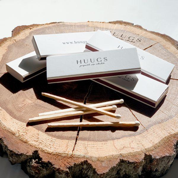 zapałki Huugs na drewnie